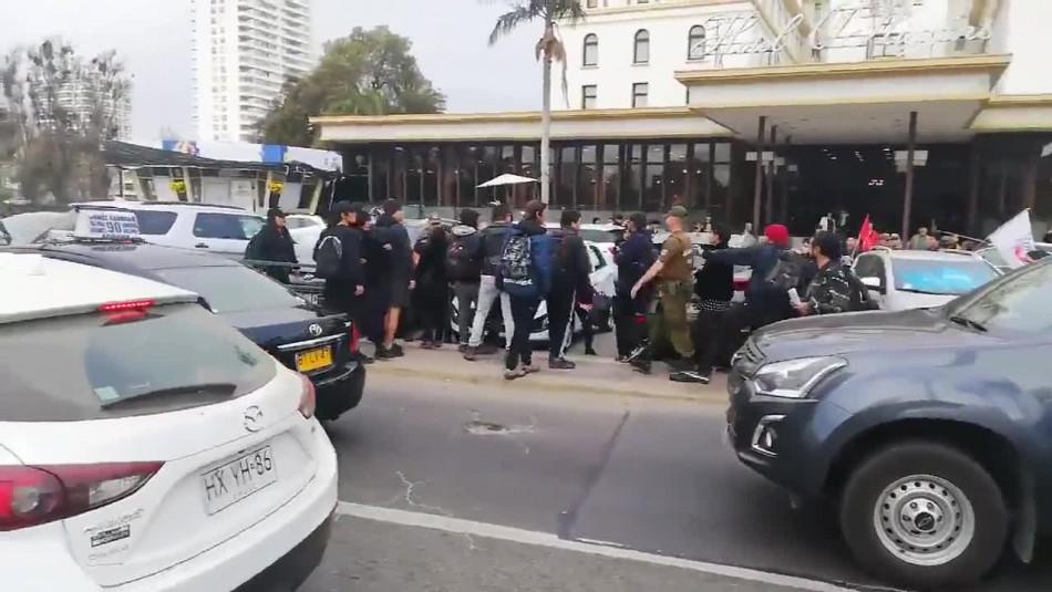 Video muestra brutal agresión a carabinero en manifestación contra José Antonio Kast
