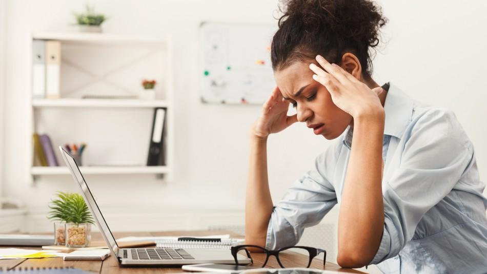 Estudio advierte que estrés te haría aumentar tantas calorías como una hamburguesa
