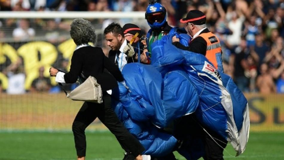 Paracaidista en medio del partido Sassuolo-Inter.