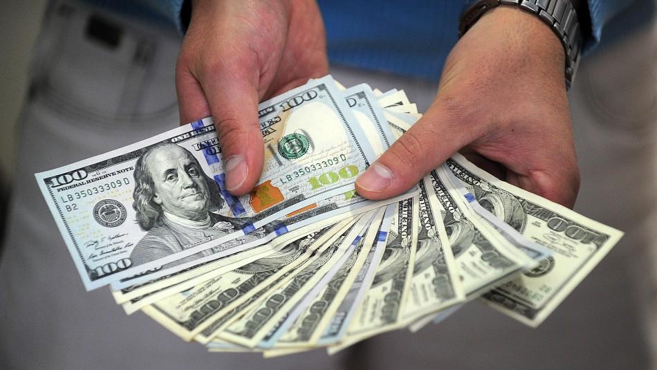 Dólar cierra a la baja pero se mantiene sobre los $800