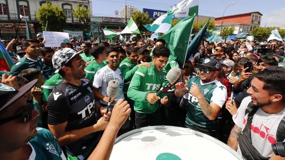 Hinchas y jugadores de Wanderers animan marcha.
