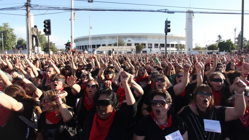 Miles de mujeres se manifiestan en frontis del Estadio Nacional tras convocatoria de
