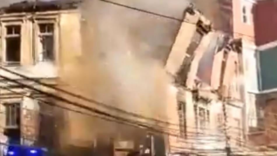 Casona se desploma tras incendio en cerro Bellavista de Valparaíso