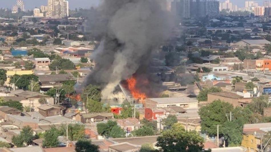 Gran columna de humo: Incendio se registra en barraca de Santiago Centro