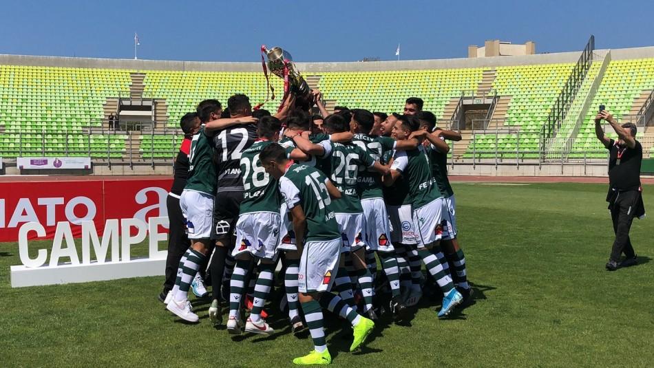 Wanderers recibe la corona de campeón.