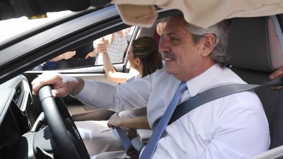 Alberto Fernández llegó al Congreso manejando su propio auto para asumir la presidencia