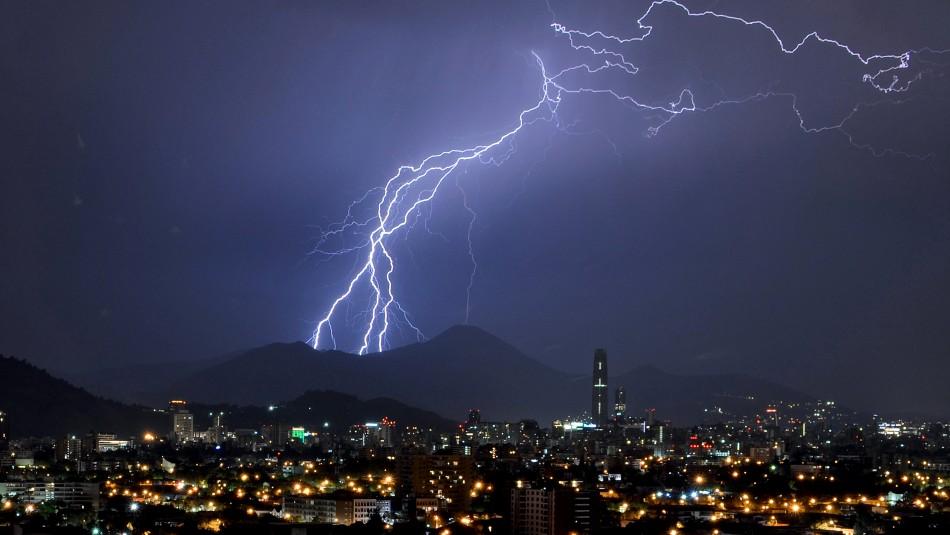 ¿Tormenta eléctrica en Santiago? Meteorólogo explicó notificación en celulares