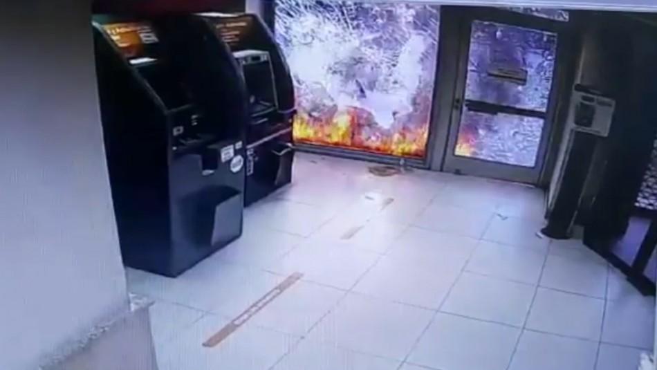 Detienen a acusados de intentar incendiar sucursal bancaria en Providencia