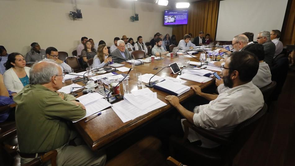 Comisión de Constitución aprueba cuotas de género en reforma de proceso constituyente