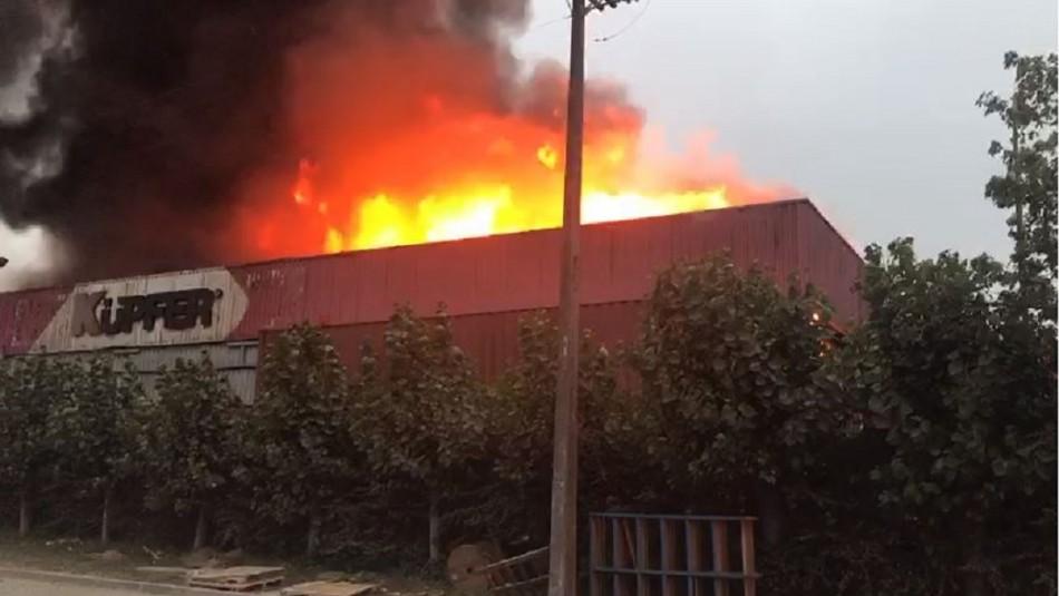 Gran incendio afecta a empresa en Concepción