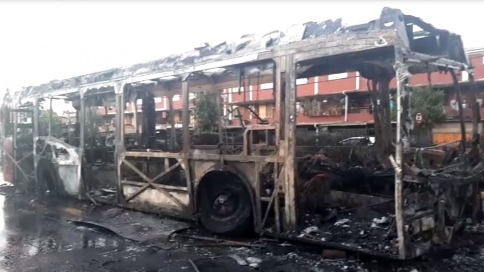 Bus del Transantiago resultó completamente quemado en Estación Central
