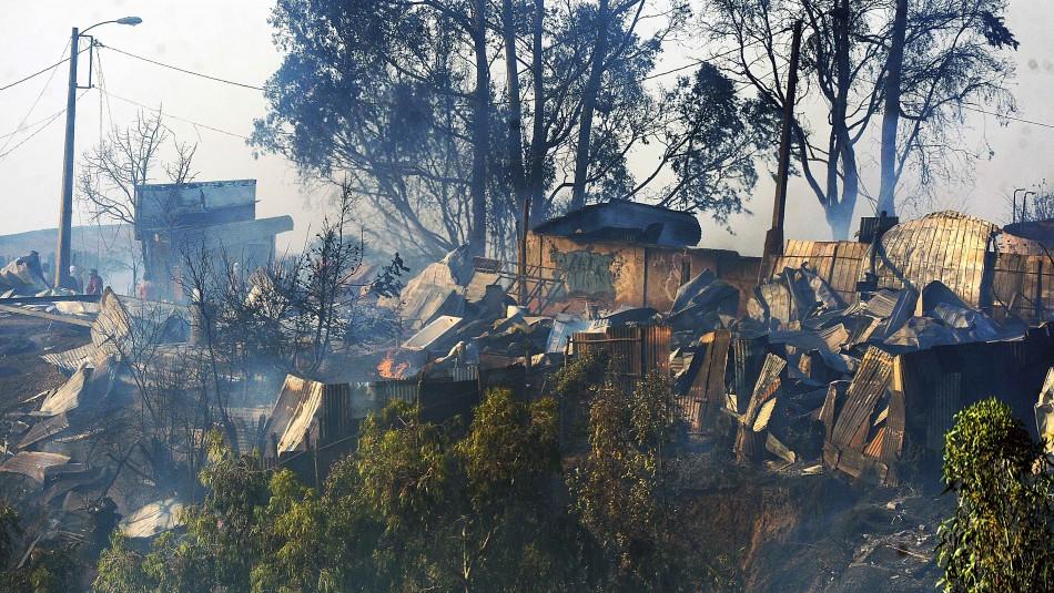 Intendente de Valparaíso confirma más de 100 casas afectadas por incendio forestal