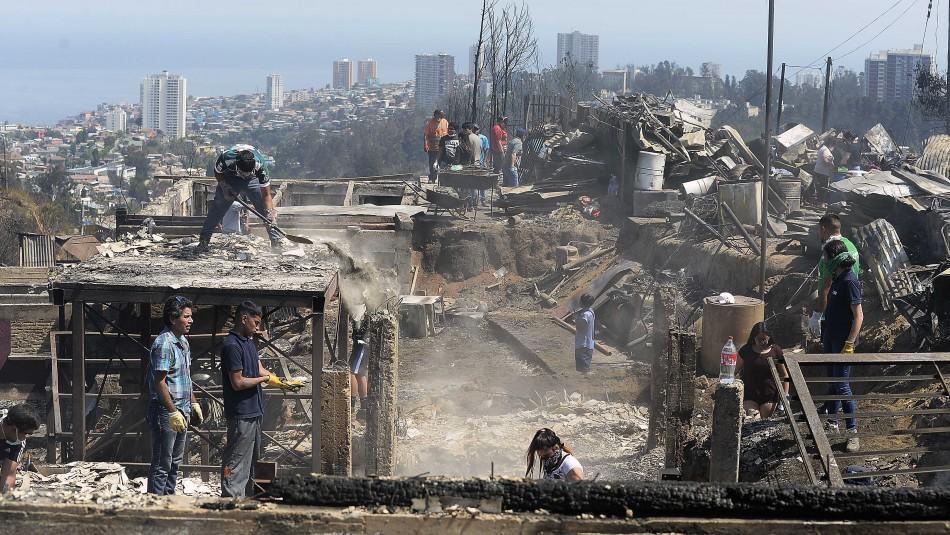 Ministro de Vivienda anuncia plan de apoyo para damnificados por incendio en cerros de Valparaíso