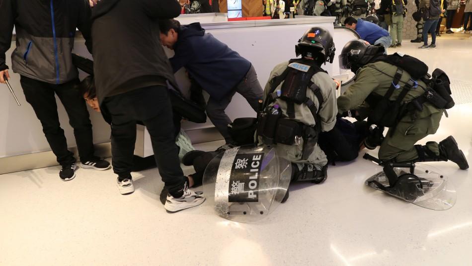 Centros comerciales de Hong Kong fueron escenario de enfrentamientos por tercer día consecutivo