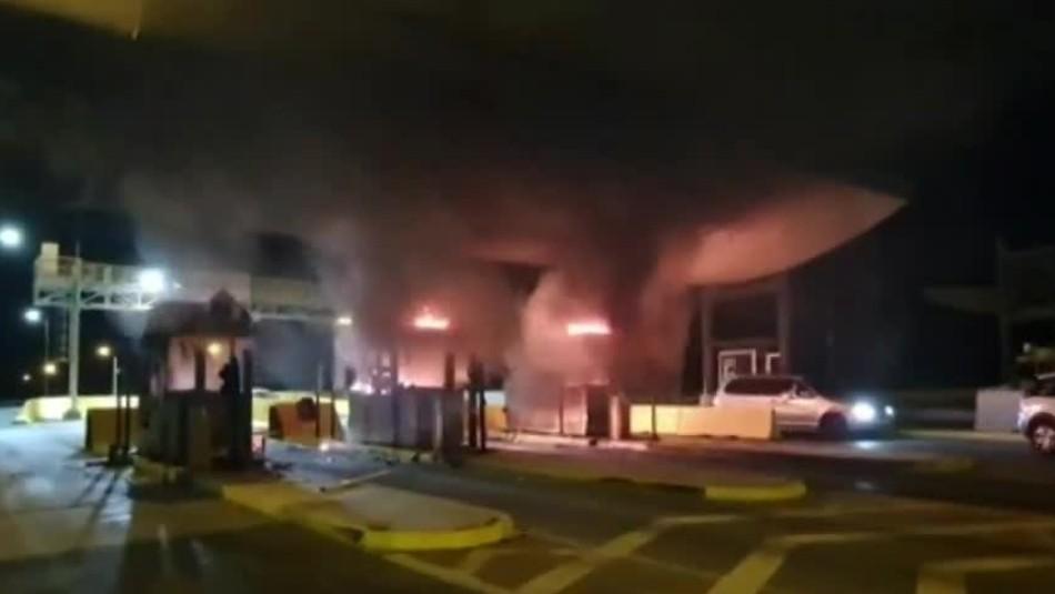 Barricadas e incendio afectaron a casetas de Peaje Rinconada en Autopista del Sol