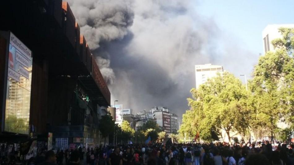 Gigantesco incendio afecta al Cine Arte Alameda