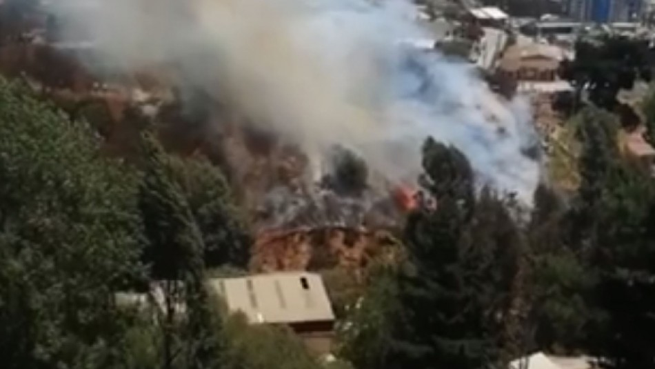 Incendio en Agua Santa moviliza a bomberos de Viña del Mar