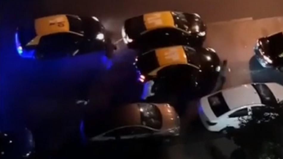 Grupo de taxistas ataca autos de conductores de aplicación en pleno centro de Santiago