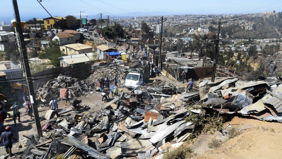 Incendio en Valparaíso: Llega ayuda y se llama a donar ropa interior y pañales