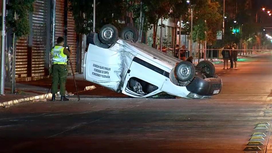 Un fallecido deja volcamiento de camioneta en el centro de Santiago