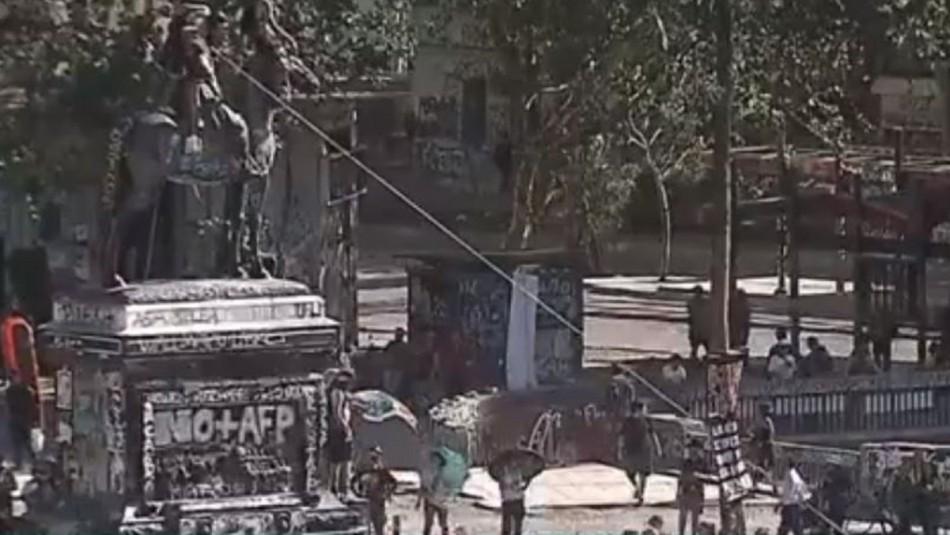 Intentan derribar monumento de general Baquedano en Plaza Italia