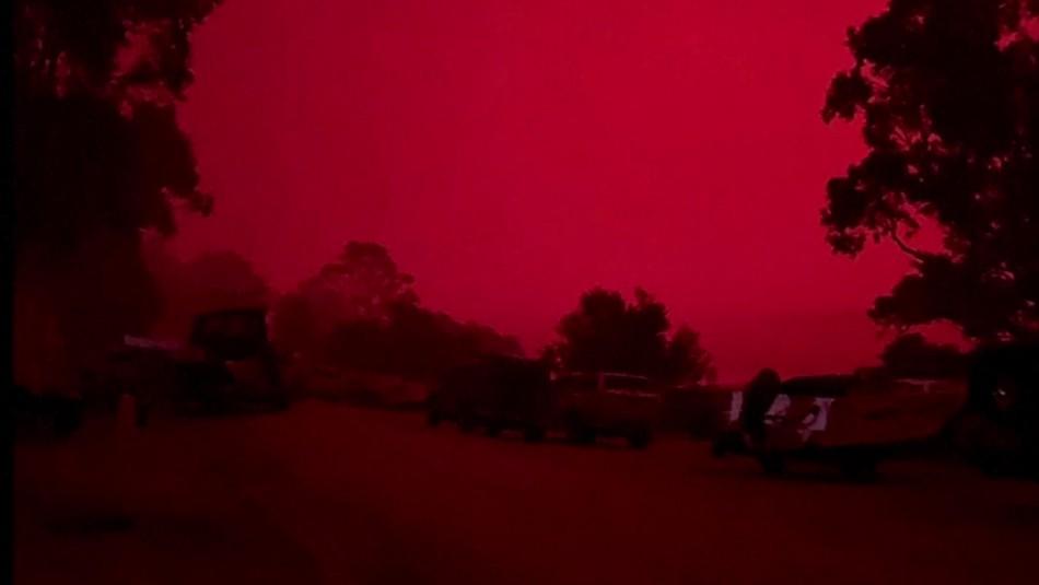 Cielo se tiñe de rojo en Australia por los graves incendios que siguen arrasando todo a su paso