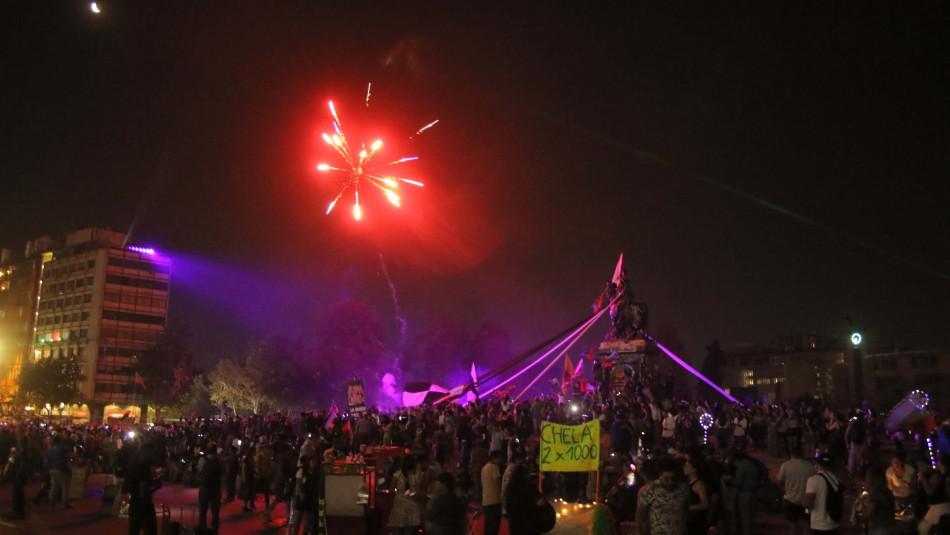 Santiaguinos celebraron la llegada del 2020 en Plaza Italia