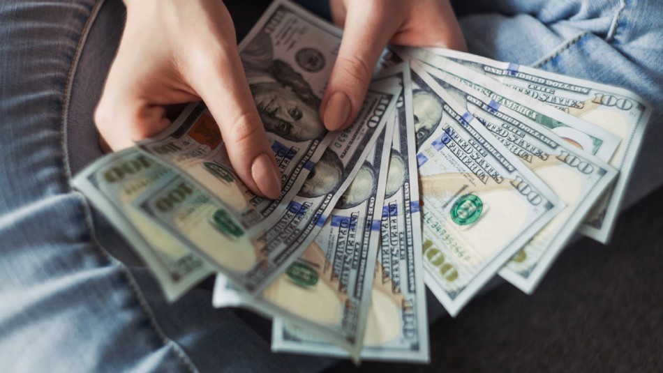 Garzona recibe 2.020 dólares de propina en un restaurante gracias a reto de Año Nuevo