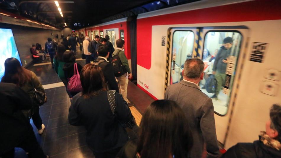 Metro de Santiago cierra dos estaciones debido a manifestaciones en el exterior