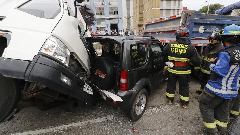Camión vuelca en Valparaíso, colisiona tres vehículos y deja 7 lesionados
