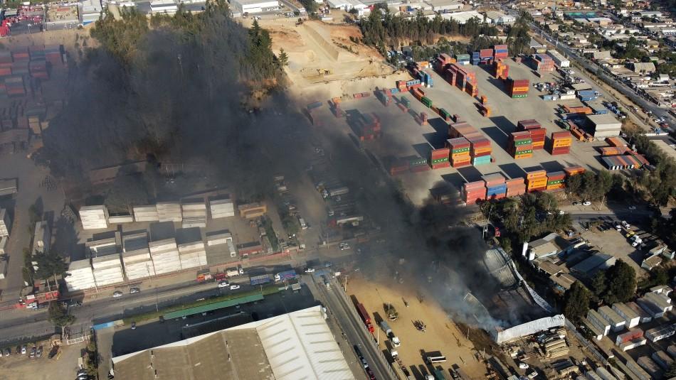 Investigarán intencionalidad en incendio que afecta a conjunto de bodegas en Placilla