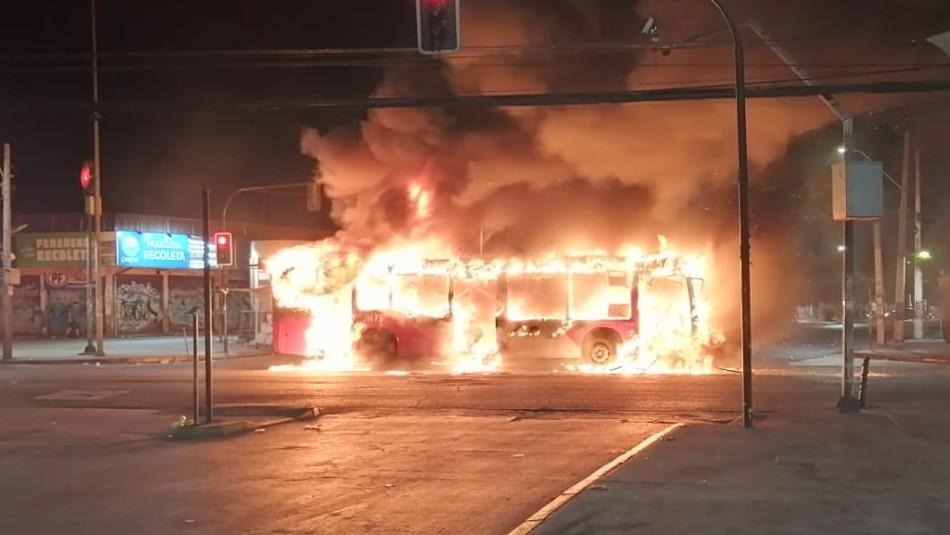 Desconocidos incendian tres buses del Transantiago en Recoleta