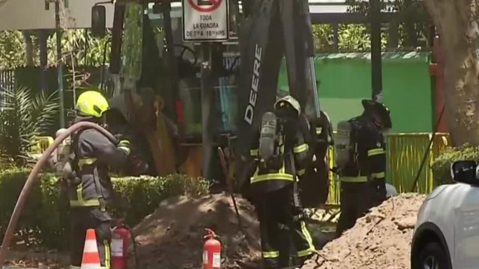 Bomberos trabaja en rotura de cañería de gas en Providencia