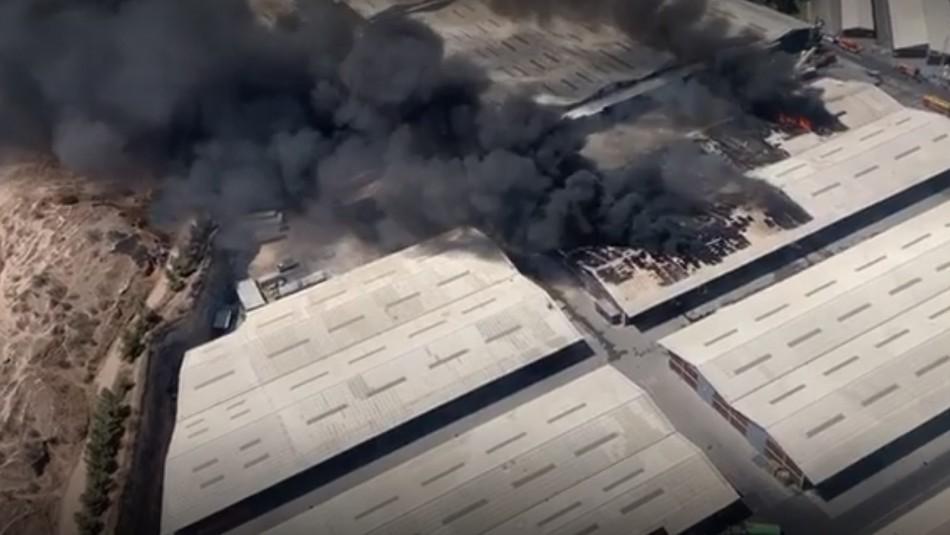 Incendio afecta a bodega en Pudahuel.