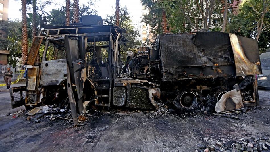 Carro lanzaagua de Carabineros es incendiado durante manifestaciones en Santiago
