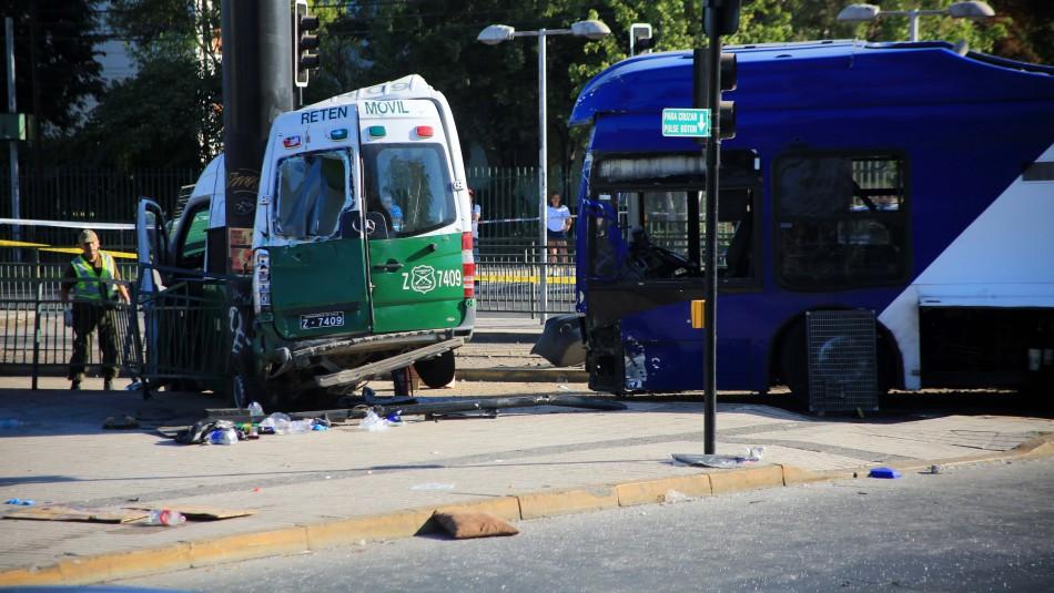 Carabinera se encuentra grave tras choque entre bus del Transantiago y retén móvil