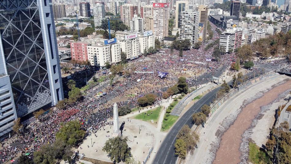 8M: Imágenes aéreas muestran multitudinaria convocatoria antes de comenzar la marcha en Santiago