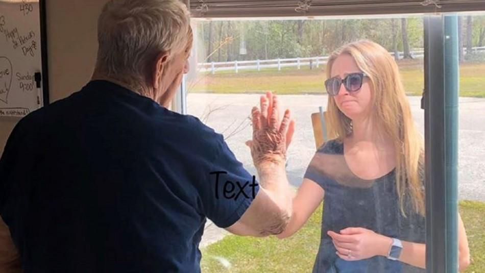Se comprometió y le dio la noticia desde una ventana a su abuelo aislado por el coronavirus