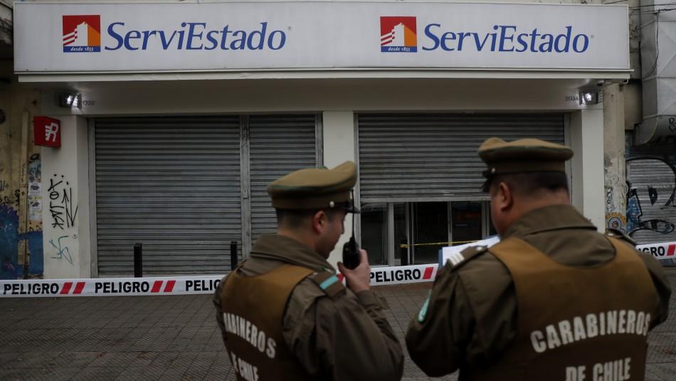 Intimidaron con armas a clientes y guardias: Asaltantes robaron $170 millones desde sucursal ServiEstado en Maipú