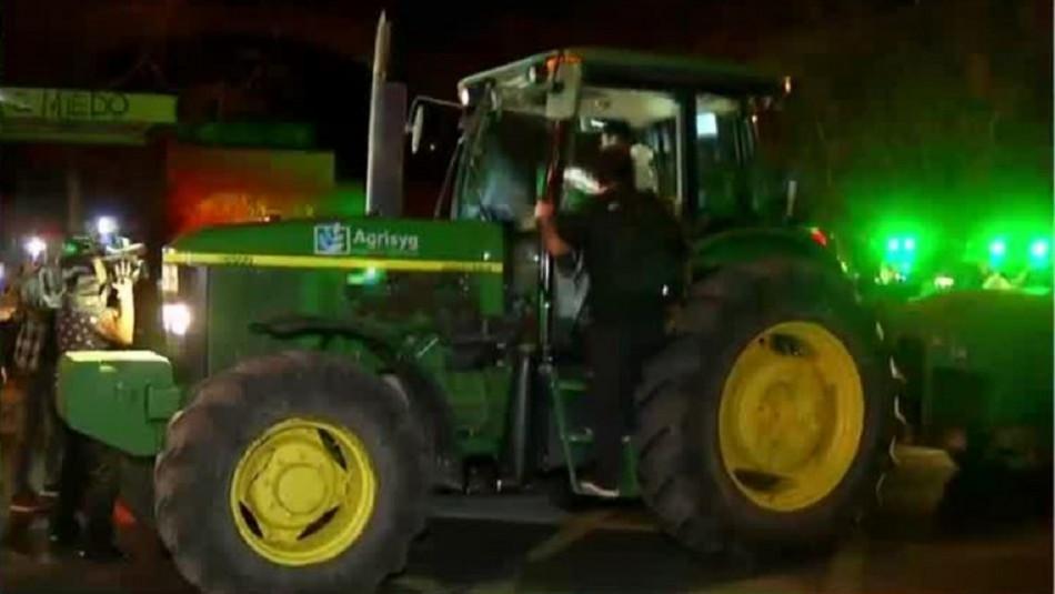 Sanitizan calles de 8 comunas de la RM con tractores cargados de agua con cloro