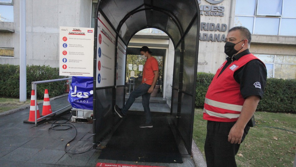 Instalan túneles sanitizadores en Las Condes: Estarán en consultorios y salidas de Metro