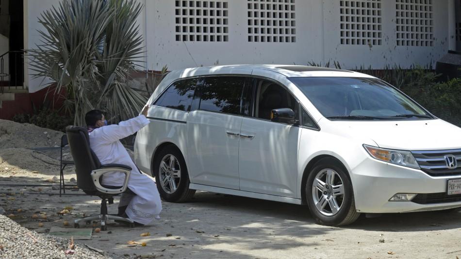 Sacerdotes mexicanos confiesan a fieles en sus autos para evitar contagios de coronavirus