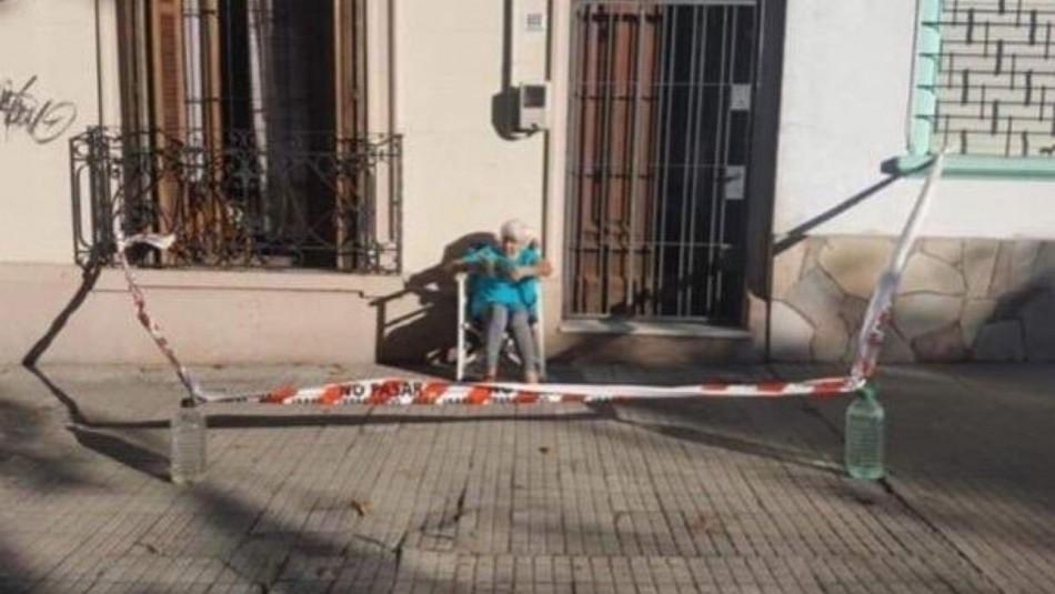 Anciana cercó frontis de su casa para poder tomar el sol en medio de la cuarentena por coronavirus