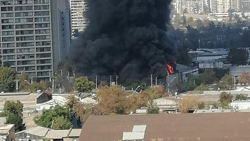 Gran columna de humo deja incendio que afecta a galpón en Santiago Centro