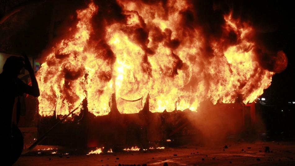 Carabineros detuvo a manifestante que incendió bus del Transantiago en Villa Francia