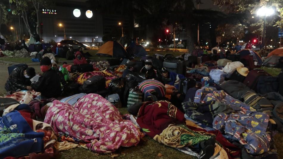 Ciudadanos bolivianos pasan la noche en las afueras del consulado en Santiago