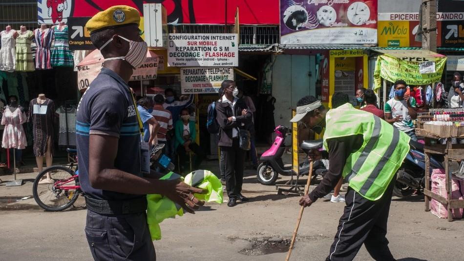 Deben limpiar las calles: El castigo que impone Madagascar a quienes transiten sin mascarilla