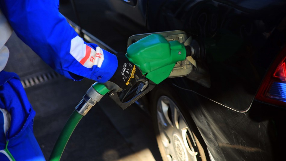 Bencinas registrarán nueva baja en sus precios este jueves