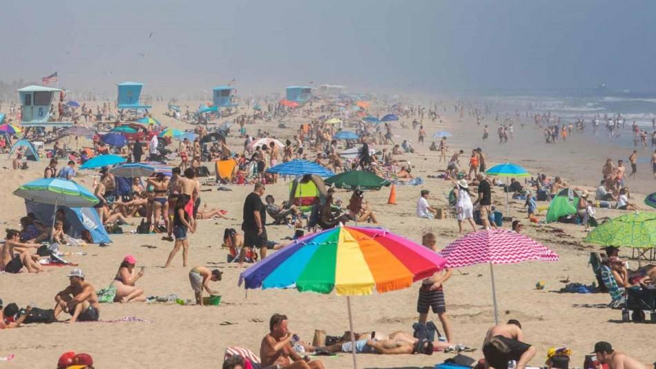 Ordenan cierre total de playas en condado de California ante alta llegada de turistas