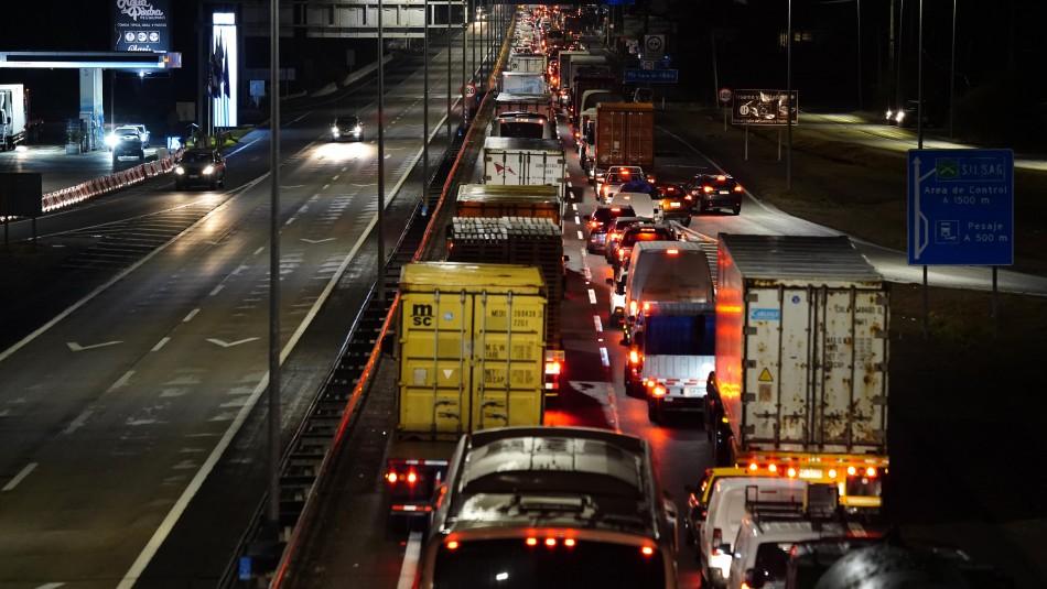 Gran congestión vehicular para cruzar cordón sanitario de la Región Metropolitana